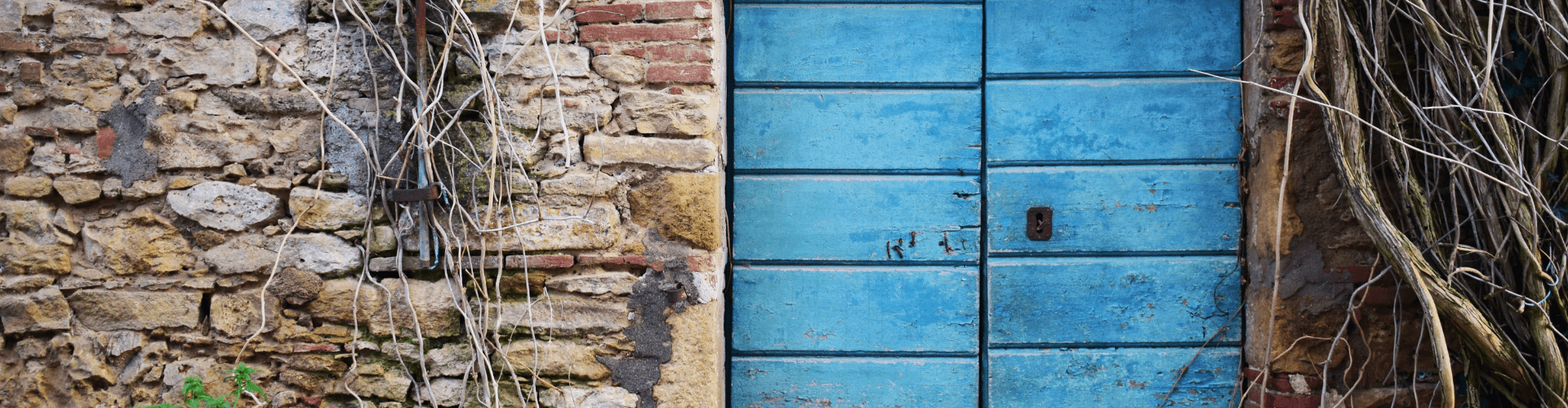 Frontons, manteaux de cheminées et portes anciennes