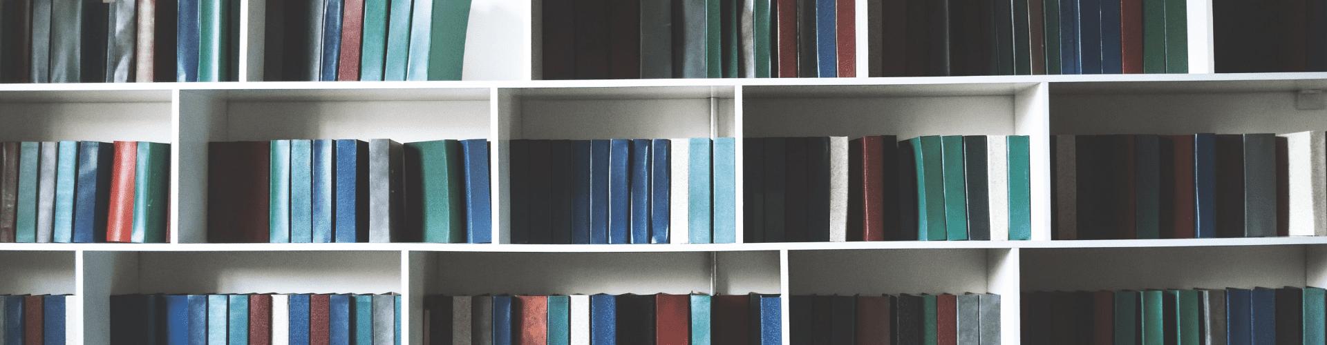 Bibliothèques, colonnes et étagères